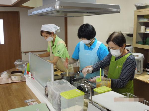 ご利用者の協力で料理作り